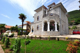 Фасад дома. Черногория, Биела : Роскошная вилла с зеленым двориком и частным пляжем, 3 гостиные, 4 спальни, 4 ванные комнаты, барбекю, джакузи, парковка, Wi-Fi