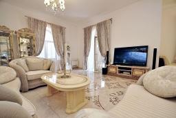 Гостиная. Черногория, Биела : Роскошная вилла с зеленым двориком и частным пляжем, 3 гостиные, 4 спальни, 4 ванные комнаты, барбекю, джакузи, парковка, Wi-Fi