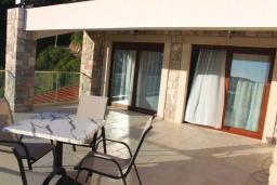 Терраса. Черногория, Бечичи : Роскошная вилла с бассейном и двориком с барбекю, 3 спальни, 2 ванные комнаты, парковка, Wi-Fi