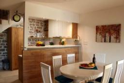 Кухня. Черногория, Бечичи : Роскошная вилла с бассейном и двориком с барбекю, 3 спальни, 2 ванные комнаты, парковка, Wi-Fi