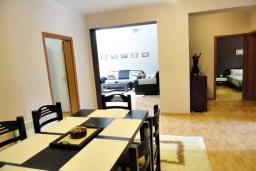 Обеденная зона. Черногория, Будва : Уютный дом с гостиной, двумя спальнями и террасой