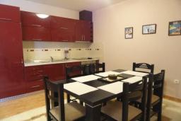 Кухня. Черногория, Будва : Уютный дом с гостиной, двумя спальнями и террасой