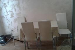 Обеденная зона. Черногория, Рафаиловичи : Апартамент с отдельной спальней и террасой в 70 метров до моря