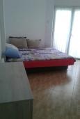 Гостиная. Черногория, Рафаиловичи : Апартамент с отдельной спальней и террасой в 70 метров до моря
