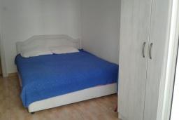 Спальня. Черногория, Рафаиловичи : Апартамент с отдельной спальней и террасой в 70 метров до моря