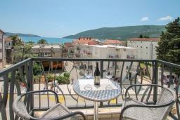 Балкон. Черногория, Игало : Современный апартамент в 30 метрах от пляжа, с гостиной, отдельной спальней и балконом с видом на море