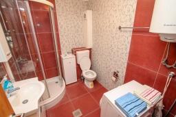 Ванная комната. Черногория, Игало : Современный апартамент в 30 метрах от пляжа, с гостиной, отдельной спальней и балконом с видом на море