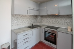 Кухня. Черногория, Игало : Современный апартамент в 30 метрах от пляжа, с гостиной, отдельной спальней и балконом с видом на море