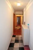 Коридор. Черногория, Игало : Современный апартамент в 30 метрах от пляжа, с гостиной, отдельной спальней и балконом с видом на море