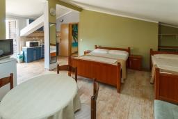Студия (гостиная+кухня). Черногория, Петровац : Уютная студия с кондиционером и большим балконом