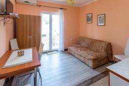 Гостиная. Черногория, Петровац : Апартамент с гостиной, отдельной спальней и балконом
