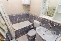 Ванная комната. Черногория, Петровац : Апартамент с гостиной, отдельной спальней и балконом
