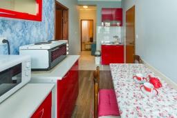 Кухня. Черногория, Петровац : Апартамент с гостиной, отдельной спальней и двумя балконами