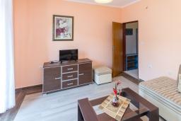 Гостиная. Черногория, Петровац : Апартамент с гостиной, отдельной спальней и двумя балконами