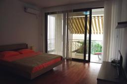 Спальня. Черногория, Сутоморе : Роскошная вилла в 50 метрах от пляжа, с зеленым двориком и видом на море, 6 спален, 4 ванные комнаты, парковка, Wi-Fi