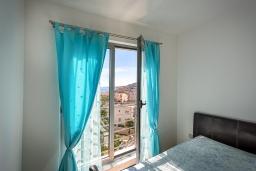 Спальня. Черногория, Бечичи : Апартамент с гостиной, отдельной спальней и балконом с видом на море