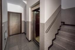 Коридор. Черногория, Бечичи : Апартамент с гостиной, отдельной спальней и балконом с видом на море