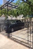 Парковка. Черногория, Утеха : Двухэтажная вилла с зеленым двориком, 4 спальни, 2 ванные комнаты, парковка