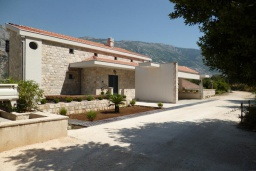 Фасад дома. Черногория, Муо : Роскошная вилла в 100 метрах от пляжа, с бассейном и видом на море, 5 спален, 4 ванные комнаты, барбекю, парковка, Wi-Fi