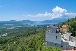 Фасад дома. Черногория, Кавач : Современная вилла с бассейном и зеленым двориком, 3 спальни, 4 ванные комнаты, сауна, парковка, Wi-Fi