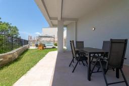 Терраса. Черногория, Кавач : Современная вилла с бассейном и зеленым двориком, 3 спальни, 4 ванные комнаты, сауна, парковка, Wi-Fi