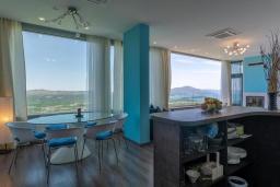 Кухня. Черногория, Кавач : Современная вилла с бассейном и зеленым двориком, 3 спальни, 4 ванные комнаты, сауна, парковка, Wi-Fi