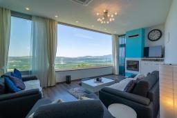 Гостиная. Черногория, Кавач : Современная вилла с бассейном и зеленым двориком, 3 спальни, 4 ванные комнаты, сауна, парковка, Wi-Fi