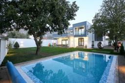 Фасад дома. Черногория, Мирац : Современная вилла с бассейном и зеленый двориком с барбекю, 3 спальни, парковка, Wi-Fi
