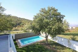 Территория. Черногория, Мирац : Современная вилла с бассейном и зеленый двориком с барбекю, 3 спальни, парковка, Wi-Fi
