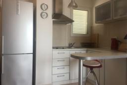 Кухня. Черногория, Бечичи : Апартамент с гостиной, отдельной спальней и балконом с видом на море