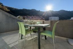 Балкон. Черногория, Рафаиловичи : Апартамент с гостиной, тремя спальнями и большим балконом
