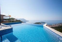 Бассейн. Черногория, Будва : Прекрасная вилла с бассейном и видом на море, 5 спален, 3 ванные комнаты, барбекю, парковка, Wi-Fi