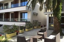 Терраса. Черногория, Рафаиловичи : Современный апартамент с гостиной, двумя спальнями и террасой