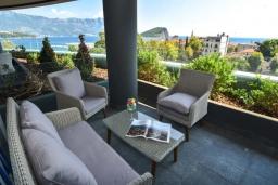 Балкон. Черногория, Будва : Современный апартамент в 60 метрах от пляжа, с гостиной, отдельной спальней и балконом с видом на море