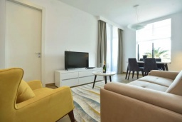 Гостиная. Черногория, Будва : Современный апартамент в 60 метрах от пляжа, с гостиной, отдельной спальней и балконом с видом на море