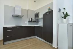 Кухня. Черногория, Будва : Современный апартамент в 60 метрах от пляжа, с гостиной, отдельной спальней и балконом с видом на море
