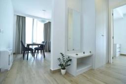 Коридор. Черногория, Будва : Современный апартамент в 60 метрах от пляжа, с гостиной, отдельной спальней и балконом с видом на море
