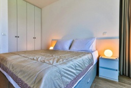 Спальня. Черногория, Будва : Современный апартамент в 60 метрах от пляжа, с гостиной, отдельной спальней и балконом с видом на море
