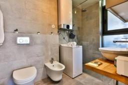 Ванная комната. Черногория, Будва : Современный апартамент в 60 метрах от пляжа, с гостиной, отдельной спальней и балконом с видом на море