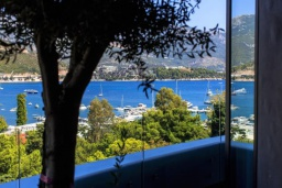 Вид на море. Черногория, Будва : Современный апартамент в 60 метрах от пляжа, с гостиной, отдельной спальней и балконом с видом на море