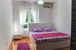 Спальня. Черногория, Будва : Апартамент с гостиной, тремя спальнями, тремя ванными комнатами и балконом
