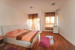 Спальня 2. Черногория, Будва : Апартамент с гостиной, тремя спальнями, тремя ванными комнатами и балконом