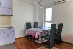 Обеденная зона. Черногория, Будва : Апартамент с гостиной, тремя спальнями, тремя ванными комнатами и балконом
