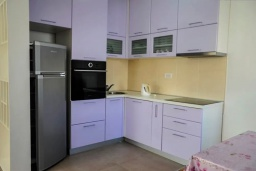 Кухня. Черногория, Будва : Апартамент с гостиной, тремя спальнями, тремя ванными комнатами и балконом