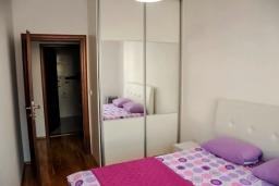Спальня 3. Черногория, Будва : Апартамент с гостиной, тремя спальнями, тремя ванными комнатами и балконом