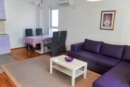 Гостиная. Черногория, Будва : Апартамент с гостиной, тремя спальнями, тремя ванными комнатами и балконом