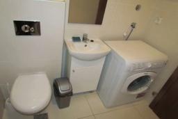 Ванная комната. Черногория, Будва : Апартамент с гостиной, тремя спальнями, тремя ванными комнатами и балконом