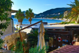 Вид на море. Черногория, Рафаиловичи : Уютный дом с зеленым двориком в 50 метрах от пляжа, 2 спальни, Wi-Fi