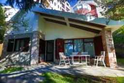 Фасад дома. Черногория, Рафаиловичи : Уютный дом с зеленым двориком в 50 метрах от пляжа, 2 спальни, Wi-Fi