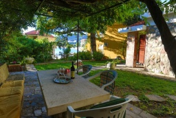 Обеденная зона. Черногория, Рафаиловичи : Уютный дом с зеленым двориком в 50 метрах от пляжа, 2 спальни, Wi-Fi